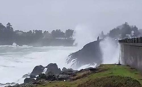 Depoe Bay's Spouting Horn action today, courtesy Lauri Joki, Rock Your World Gallery
